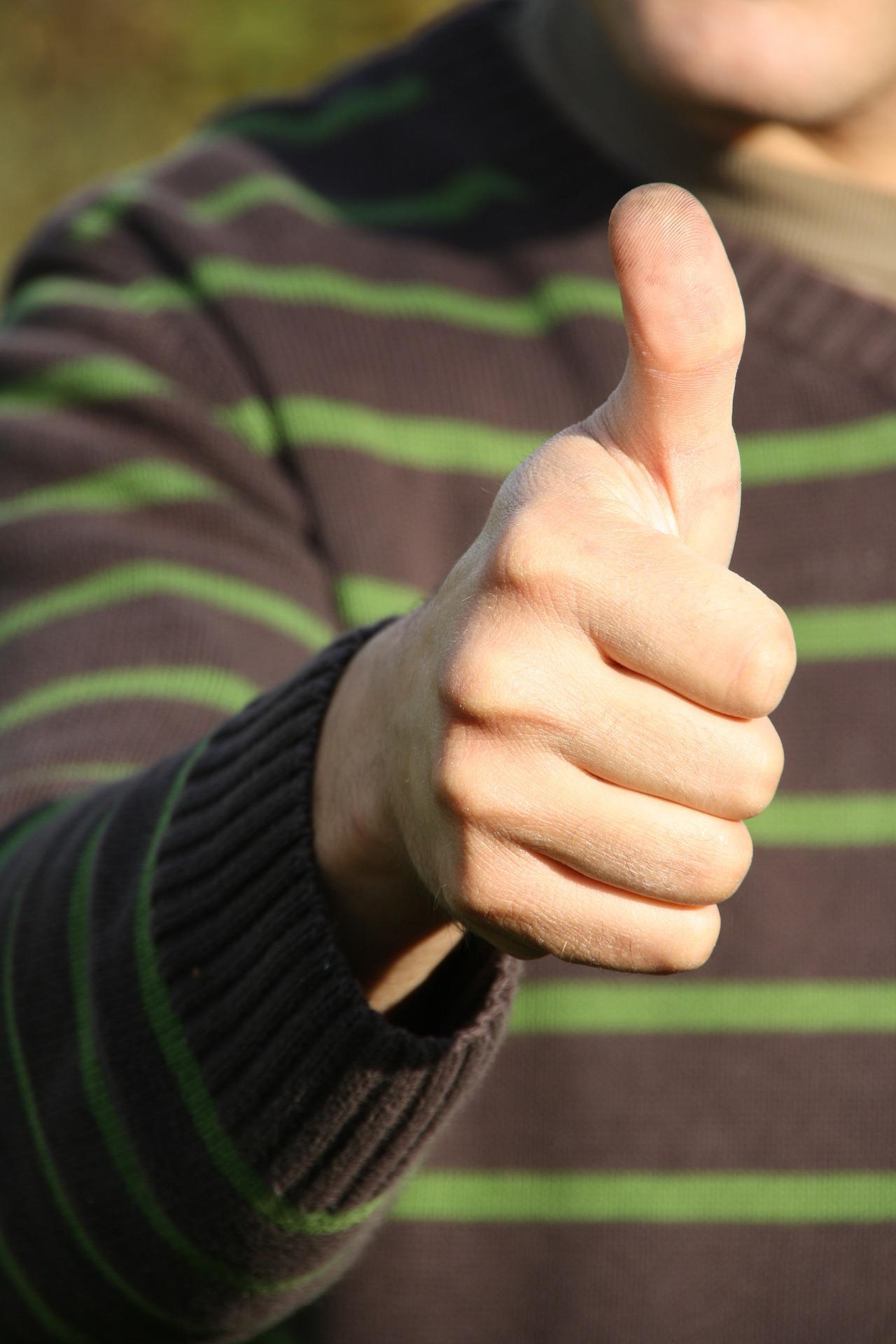 daumen hoch-grüner pullover-mann-darum-nwb immobilien